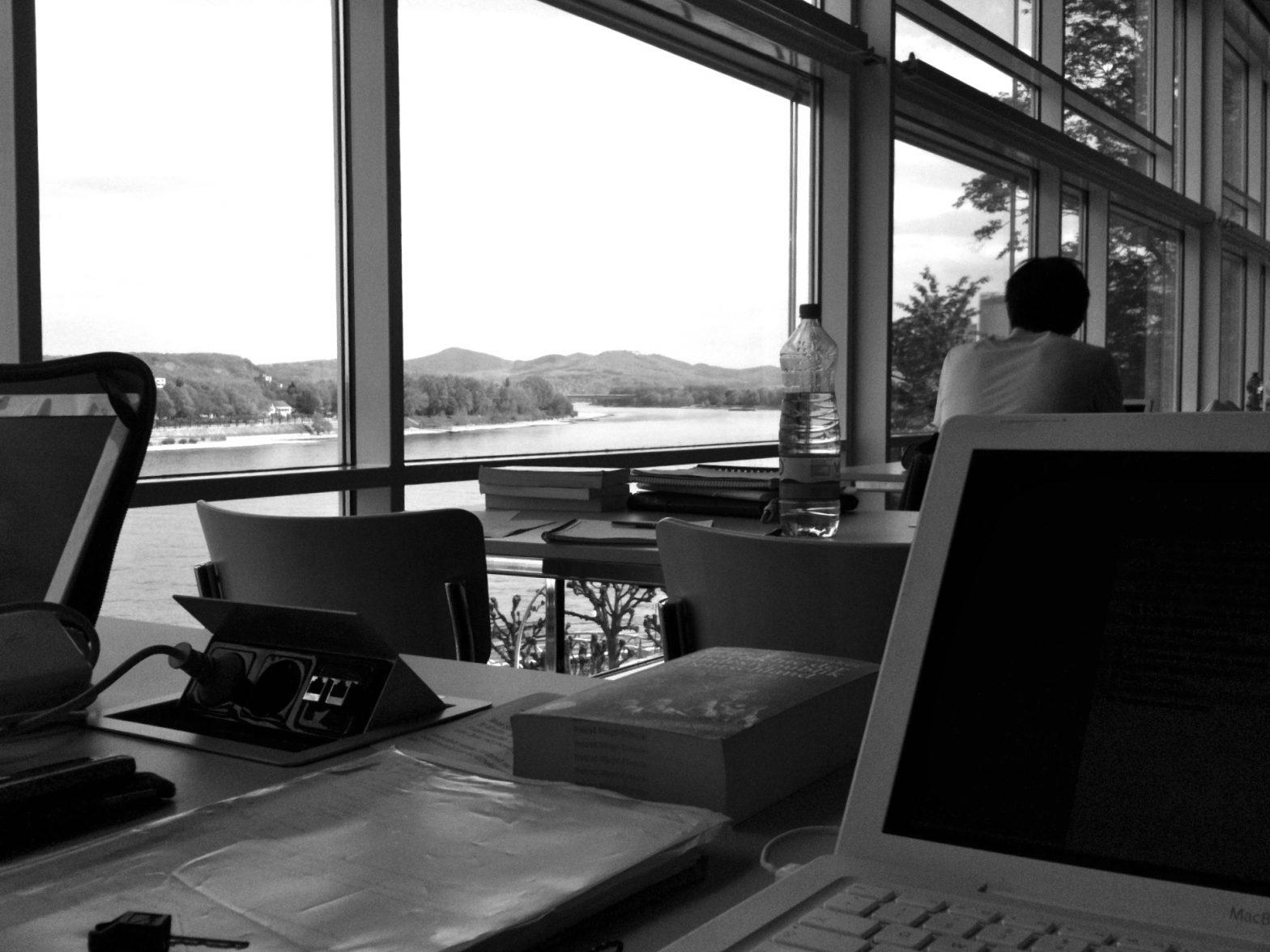 Schreibtisch in der ULB mit Blick auf das Siebengebirge