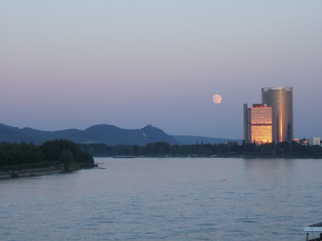 Siebengebirge mit Mond