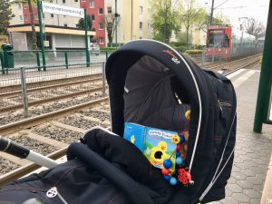 Kinderwagen an der Bahn