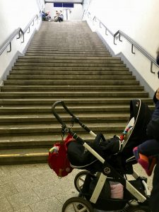 Kinderwagen vor einer langen Treppe ohne Aufzug