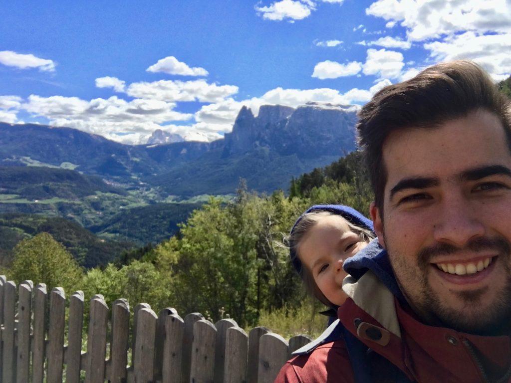 Kind im Rucksack in den Bergen