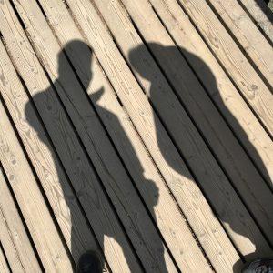 Schattenbilder von Mann und schwangerere Frau